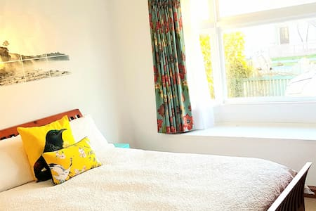 Cosy room only minutes from Airport