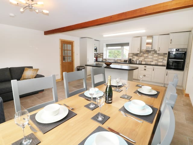 YSGUBOR FAWR, pet friendly, with a garden in Llandwrog, Ref 988505
