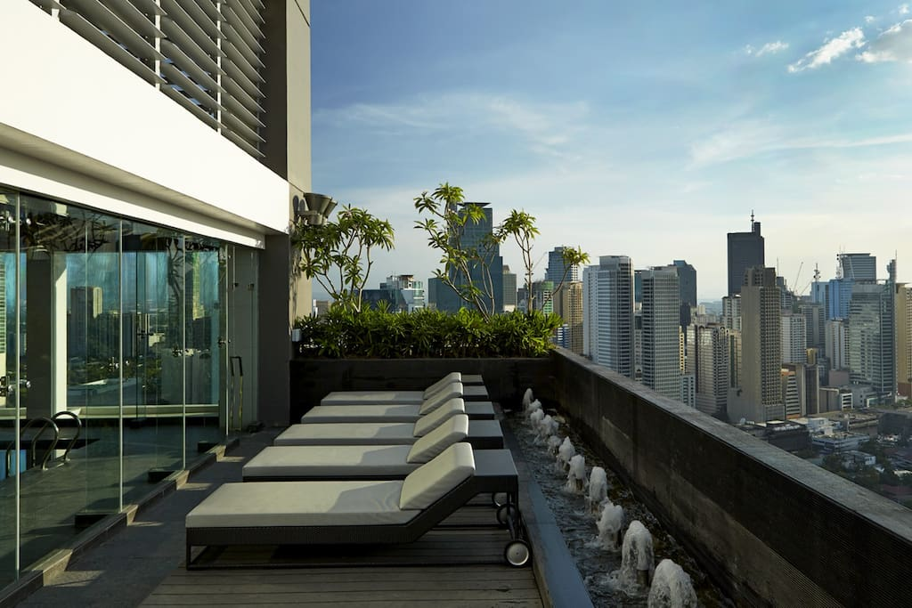 Lay back and enjoy the expansive sky on the Gramercy Sundeck, with soothing waterscapes and a grand view of Makati City to stimulate your senses.