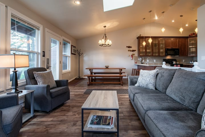 Comfortable lakeview home w/ shared pool, hot tub, sauna & easy beach access