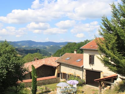 4. Quiet Retreat in the Beaujolais Hills. Room 4 - Pension