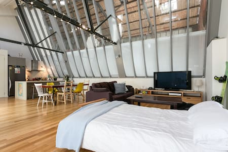 Modern warehouse converted loft - North Melbourne - Loft