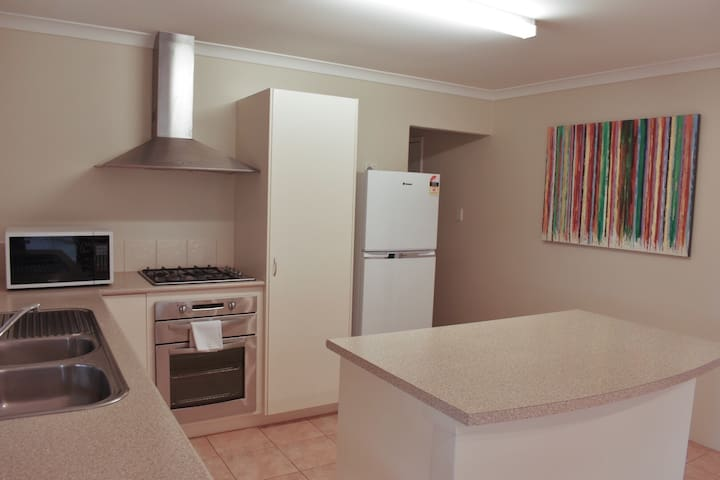 4 Bedroom Executive Home and WIFI near town centre