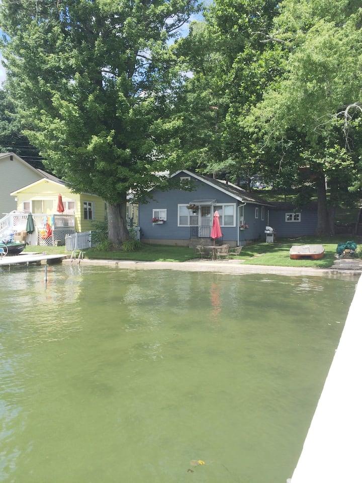 Quaint Lake Cottage w/ pontoon on Crooked Lake