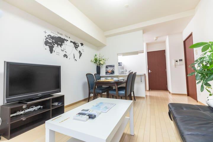 Living Room big table 大餐桌 Bedroom1: 2 big double beds 卧室1: 2张大双人床  Bedroom2:1 big double beds 卧室2:1张双人床