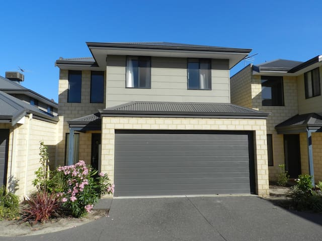 Modern 3 large bedroom townhouse 10km to CBD. - Belmont - Hus