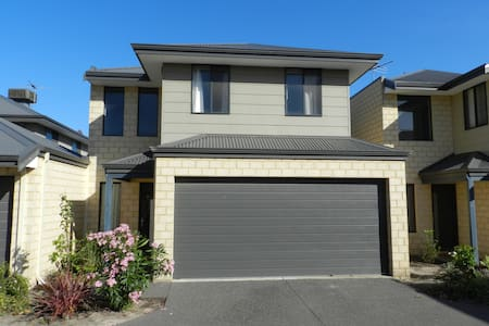 Modern 3 large bedroom townhouse 10km to CBD. - Belmont - Haus