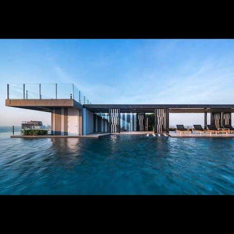芭堤雅The base condo 地理位置绝佳的酒店式公寓,两居室96平米精装全家电。