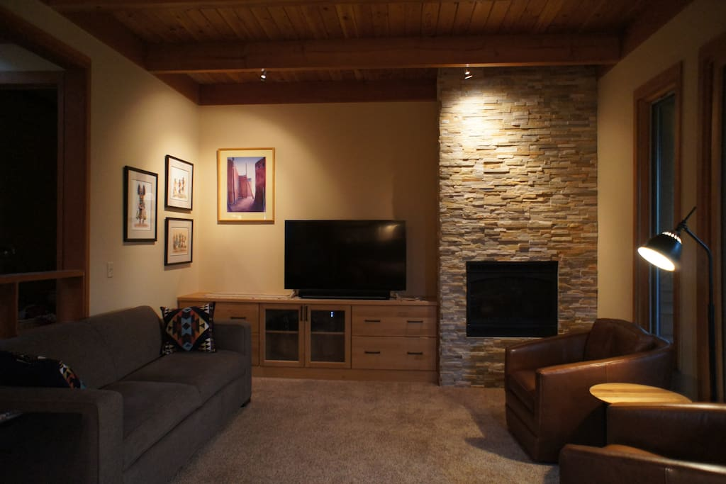 Living room with Sonos, TV, gas fireplace and comfortable sofa bed