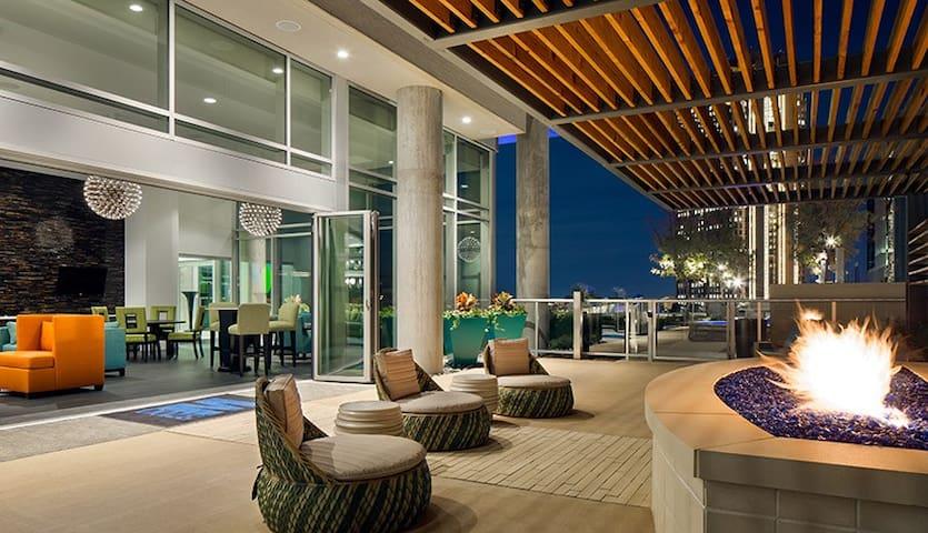 Luxury High Rise Apt in Uptown West Villiage