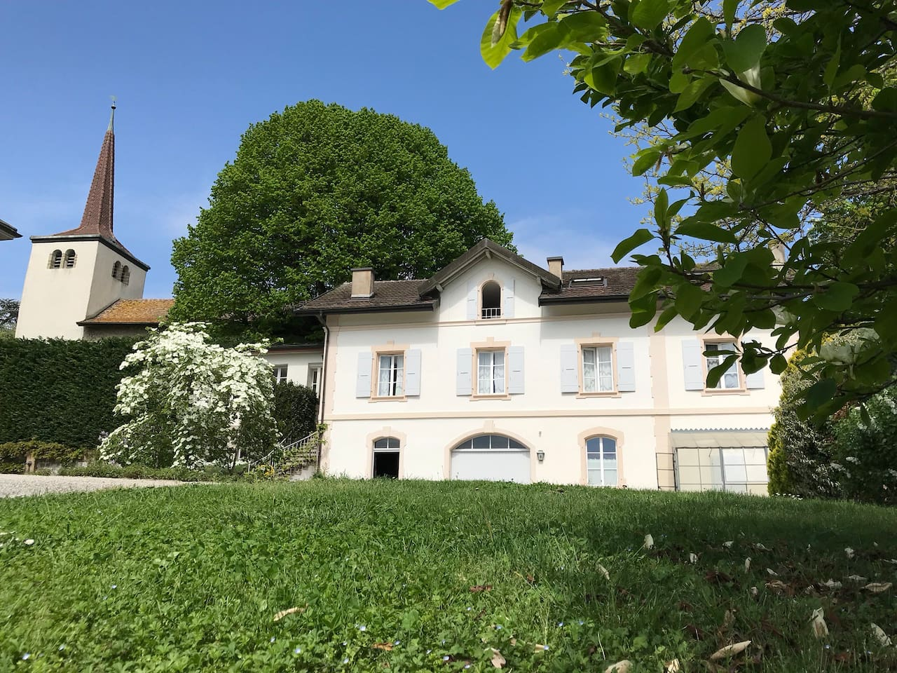 Private room with bathroom and shared kitchen (maximum with another guest) in the guest house of an old mansion. Private entrance. Garden and lake view. Two Minutes walk from railway station,  lake and shopping. Perfect location, calm and comfortable.