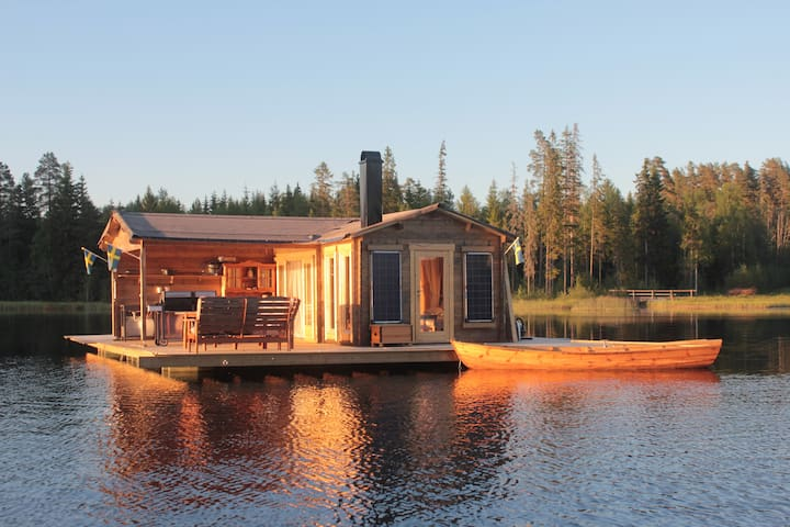 Romantic houseboat in lake in the heart of Dalarna