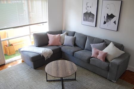 "Balcony Retreat w/50"" TV & Netflix! - Brighton East - Appartamento"