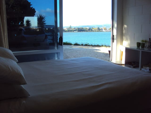 Waterfront Studio- ever changing views - Tauranga - Bed & Breakfast