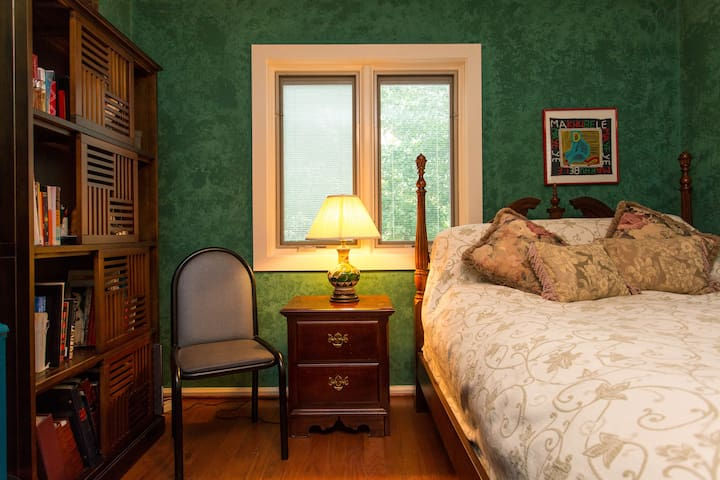 Cozy private room near lakefront and transit.