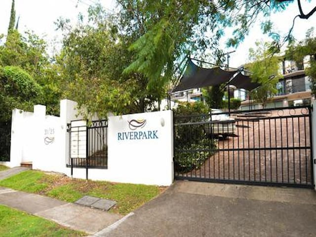 Riverpark - studio apartment - Highgate Hill