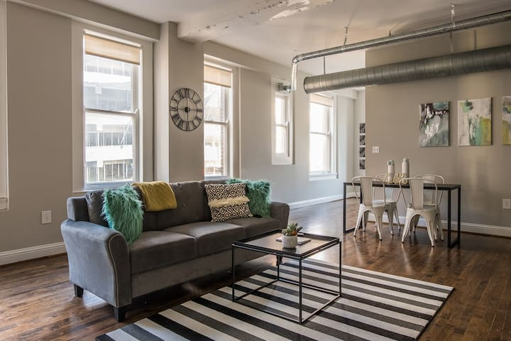 Elegant 2BR Apt in Downtown w/ 2 Bathrooms