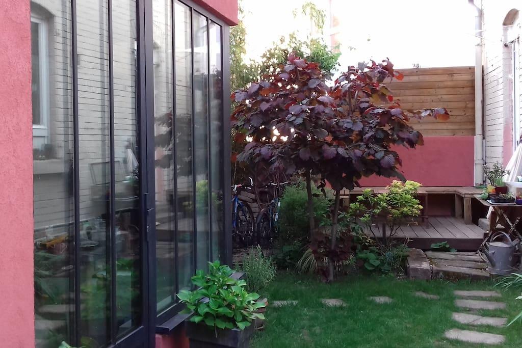 Minimhouse ind pendante dans un jardin de ville for B b un jardin en ville brussels