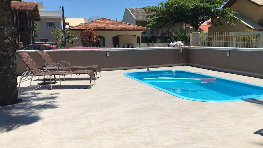 Casa com piscina, 200 m do mar, 3 quartos