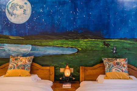 """泸沽湖""""诗和远方""""诗歌主题双床房—木头和马尾,有茶有酒有书有音乐有故事,等你来遇见那个想要的自己。 - Lijiang Shi - Hostel"""