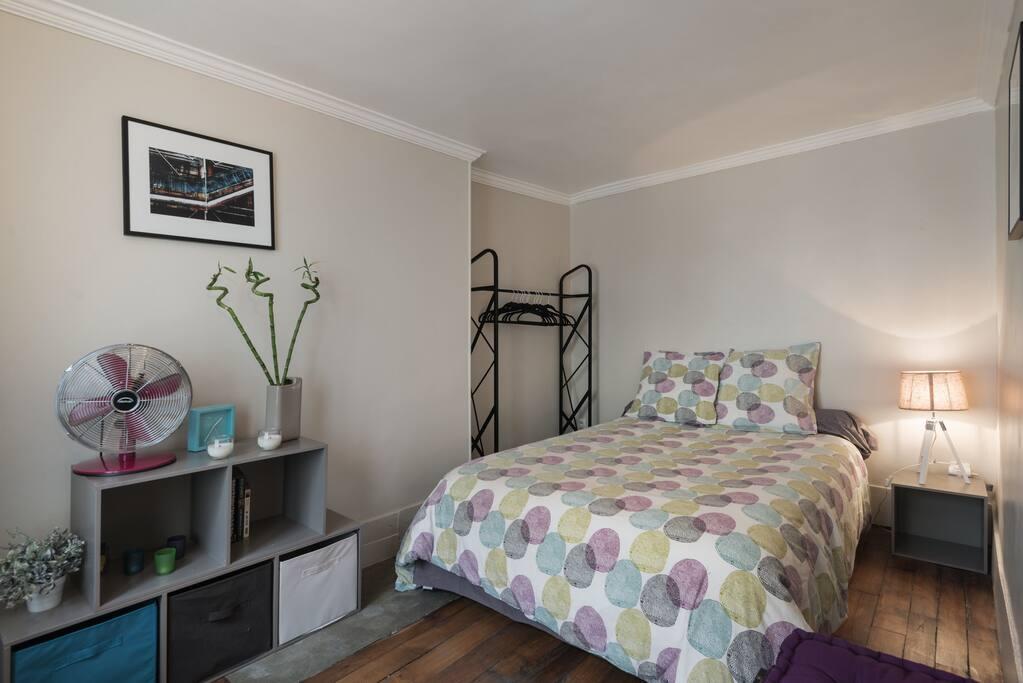 A quiet & comfortable bedroom with storage space for your belongings. Une chambre confortable avec de l'espace pour ranger vos affaires.