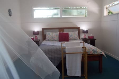 BIRDSONG - Master Bedroom - Breakfast & WIFI Free - Grange