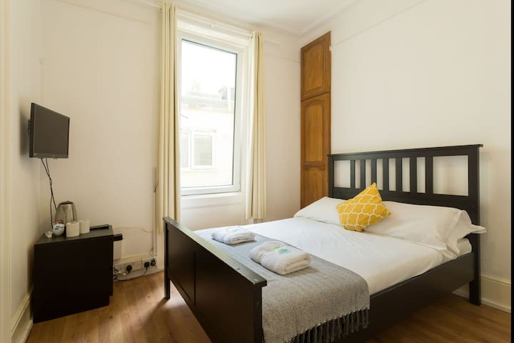 Lovely Budget DBL Room Close to Centre and Beach