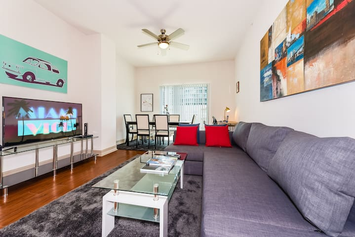 (CD3) 2BR/2BATH Penthouse Level with Balcony , Pool, & Gym! - Walk Score 98!