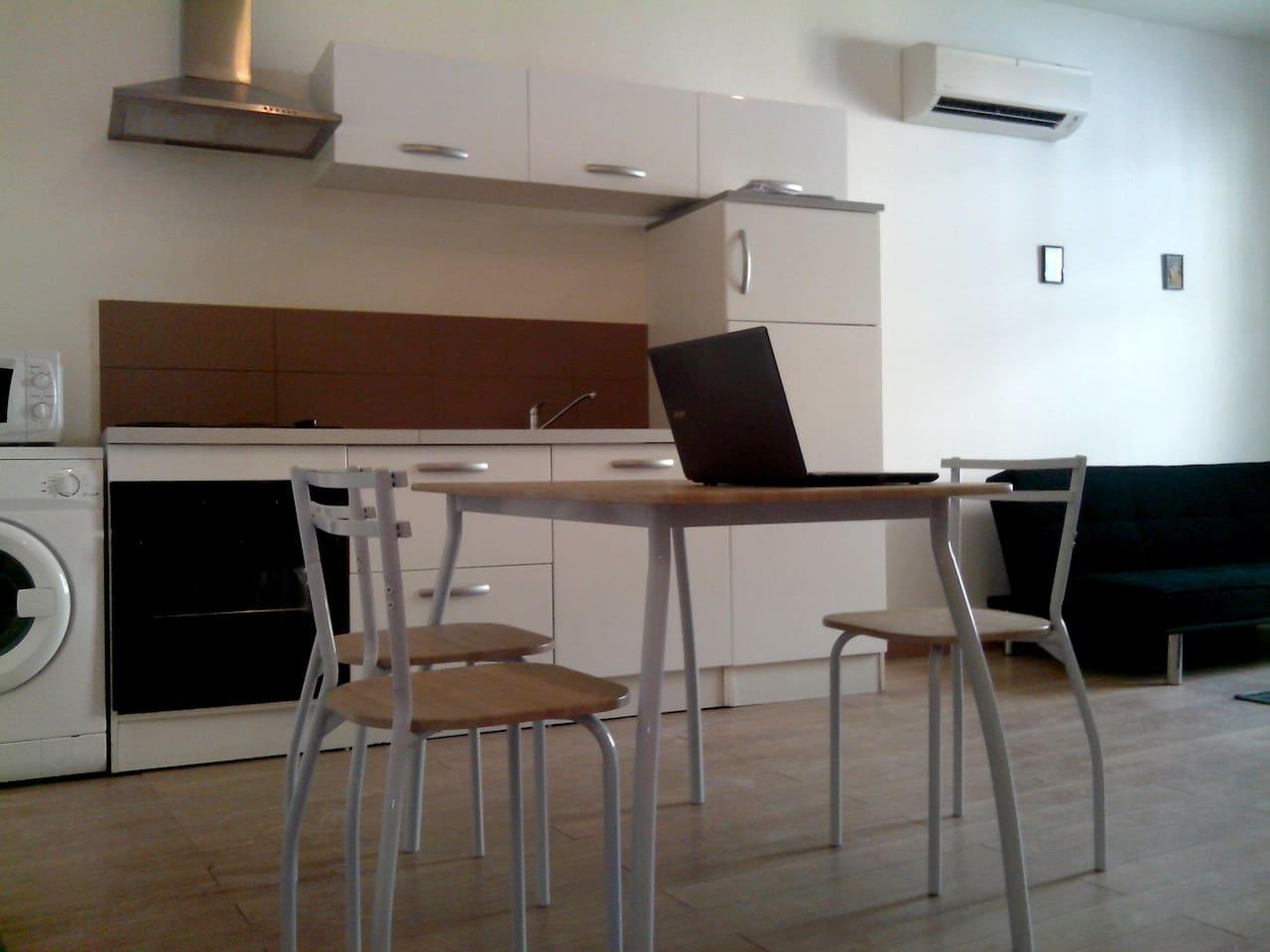 Appartement 50 m2 - wifi en centre ville de Perpignan.  Parquet bois, table et chaises, lave-linge, micro-onde, frigo familial.