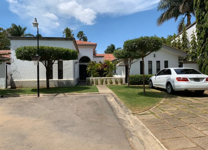 Gorgeous House w/private pool & 24 hr security