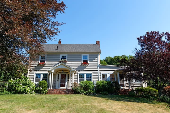 Charming Colonial Estate-Sleeps 14 Guests