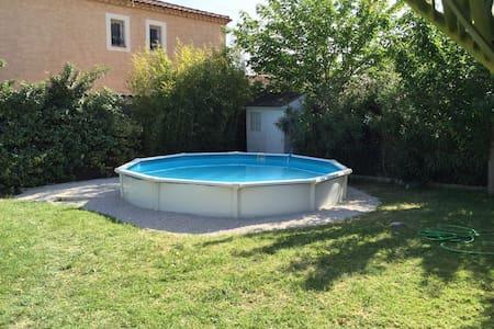 Chambre cosy dans maison avec jardin et piscine - Marseille - Bed & Breakfast - 1