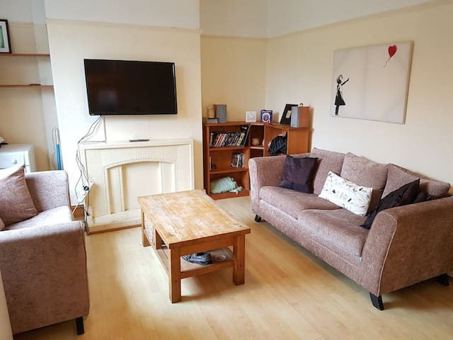 Double room in house share near the City