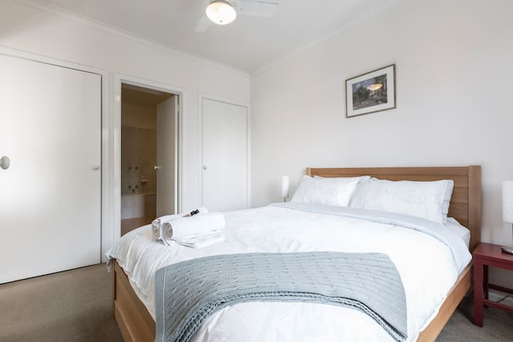 Fitzroy -5 mins walk to city centre