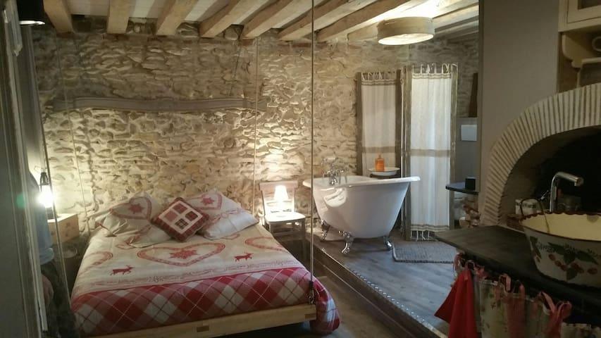 Chambre romantique Chez Lila des bois, spa,piscine