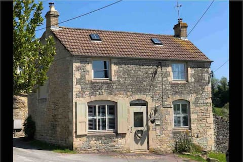 Pretty detached cottage in the Cotswolds