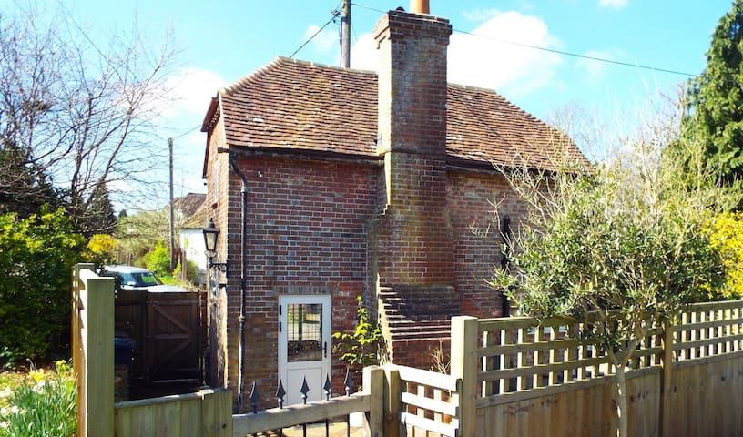 Holmwood Bothy, Elstead, Surrey - Elstead - Casa