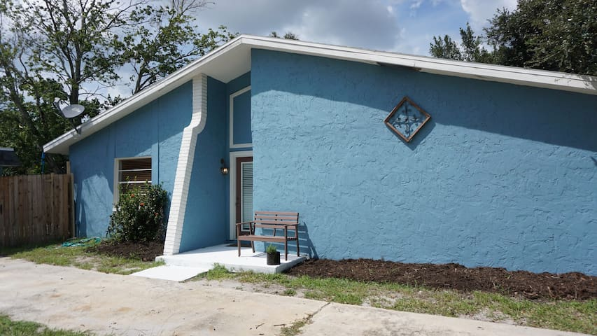 Cozy Blue Bungalow!  No cleaning fee this week!!