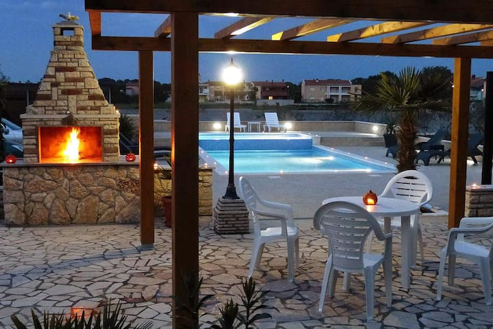 Two bedroom apartment with terrace Valbandon, Fažana (A-2201-b)