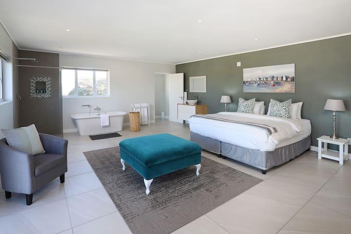Bedroom & Bathroom with Sea View