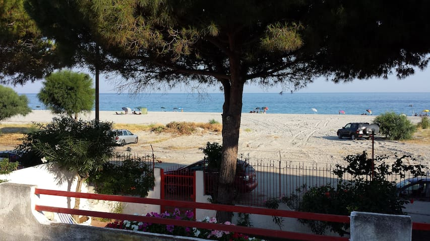 VILLA CON ACCESSO DIRETTO SPIAGGIA - San Carlo-condofuri Marina