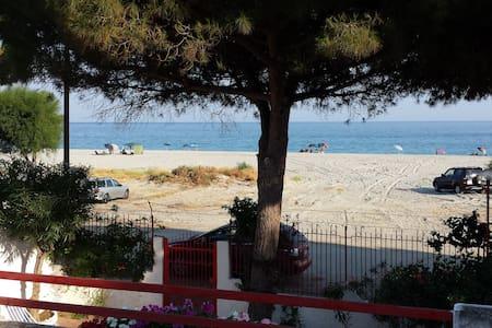 SPLENDIDA VILLA CON ACCESSO DIRETTO SPIAGGIA - San Carlo-condofuri Marina - Villa