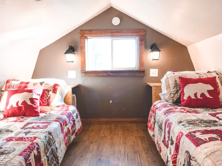 Cedar Lodge - Studio, twin beds, sofa, kitchen