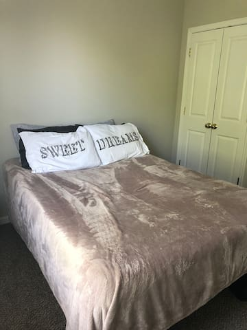 Cozy Retreat in North End- close to Uptown