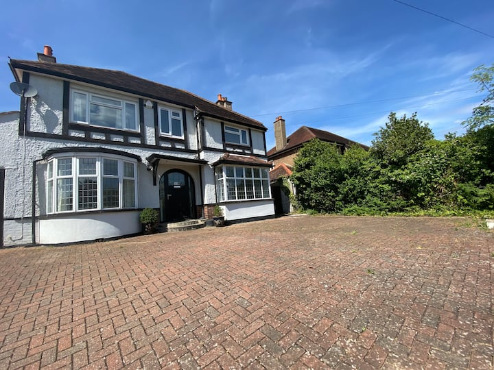 4 bed house in Epsom with large driveway & garden