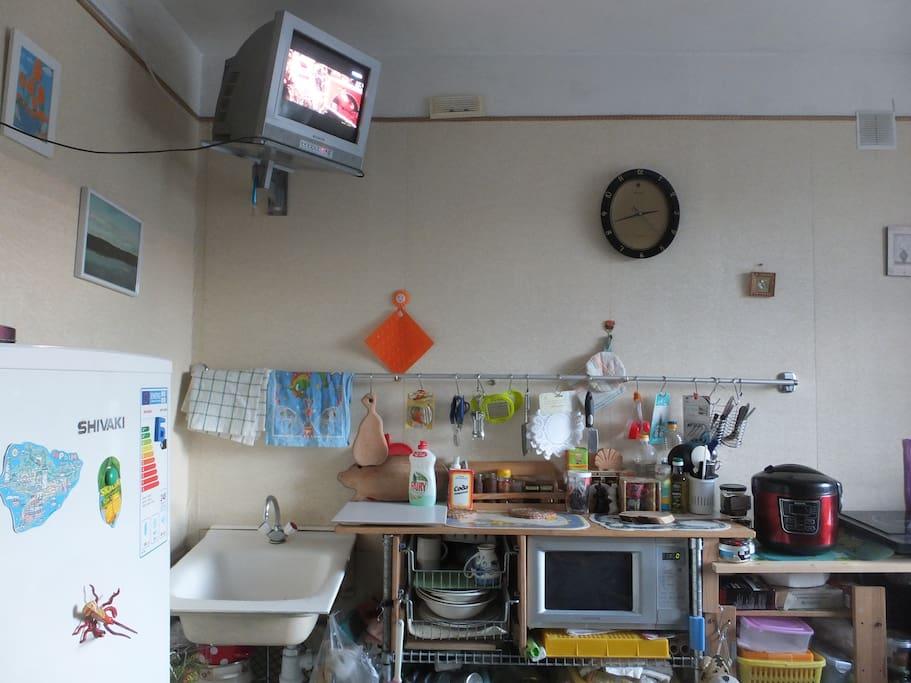 В кухне есть маленький телевизор