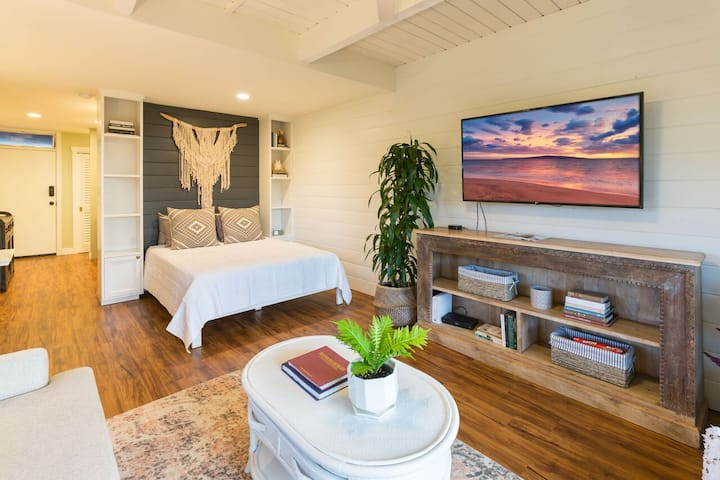 Designer Plantation Studio - Steps to the Beach!