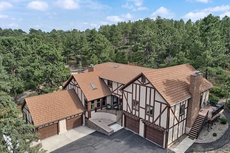 6BR Poe Manor ★ Entertain,Hot Tub+Has Everything!