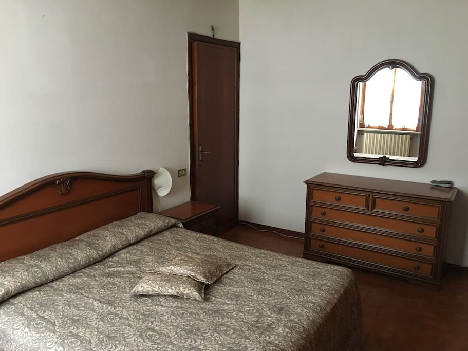 Seconda camera con letto matrimoniale, aria condizionata e TV. Second bedroom with king size bed, AC and TV.