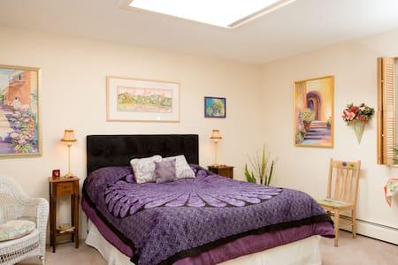 Queen Bed in Art Gallery - Castle Rock - Bed & Breakfast